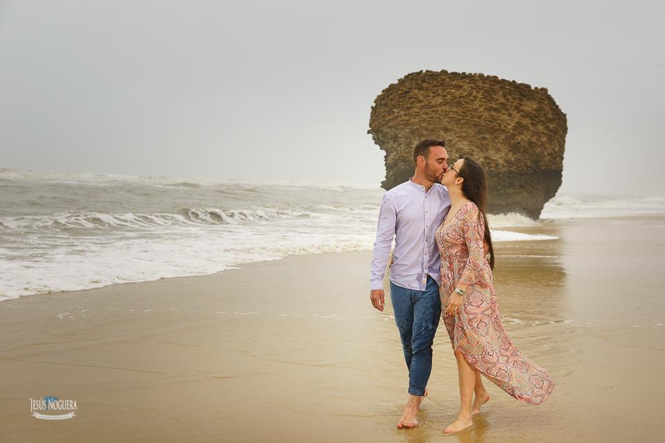 Preboda en la Aldea del Rocío. Pareja paseando por la playa