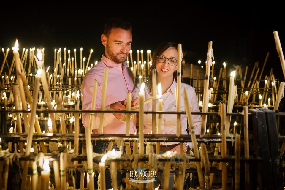 Preboda en la Aldea del Rocío. Pareja encendiendo unas velas