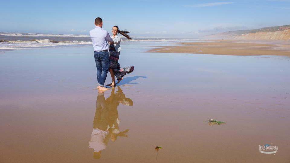 Preboda en la Aldea del Rocío. Pareja jugando en la playa