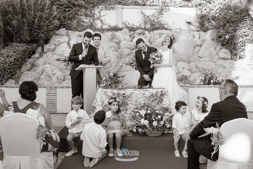 Novios en boda sonrisas