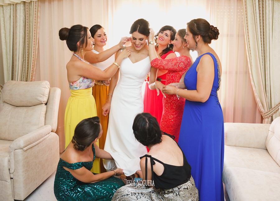 amigas vistiendo a la novia